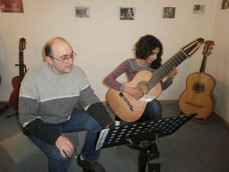 guitare 10 cordes avec une élèves de l'institut paradis guitare